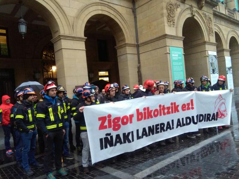 Los bomberos en enero ante la Diputación por la situación laboral de Iñaki Igerategi. Foto: A.E.