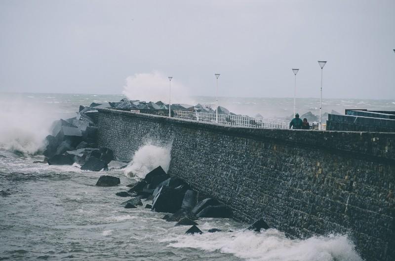 El viento golpea la costa donostiarra. Fotos: Santiago Farizano.