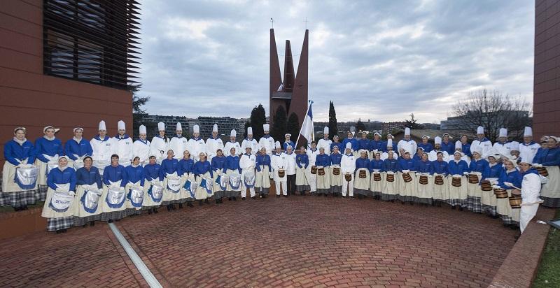 Compañía de la Universidad de Deusto que actuó en la Tamborrada de 2018. Foto: Deusto.