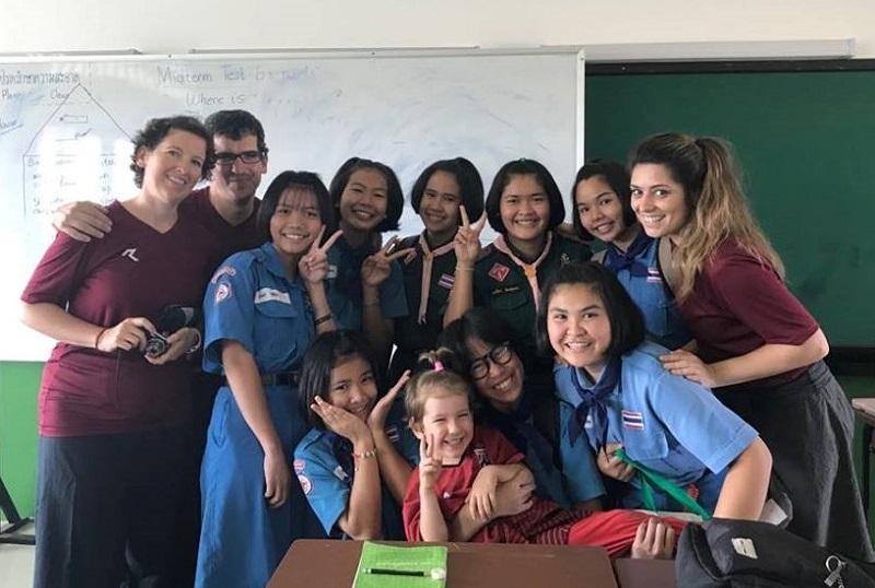 Cristina y Mikel (izquierda), con algunas alumnas locales, su hija Amelie y otra voluntaria. Fotos: Mom Tik Camp.