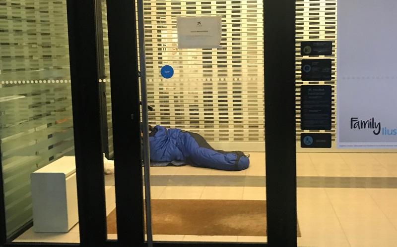Persona 'Sin techo' durmiendo en un cajero. Foto: Gobierno Vasco.