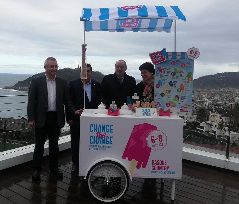 Las autoridades, en la presentación de 'Change the Change'. Foto: ChangetheChange Press.