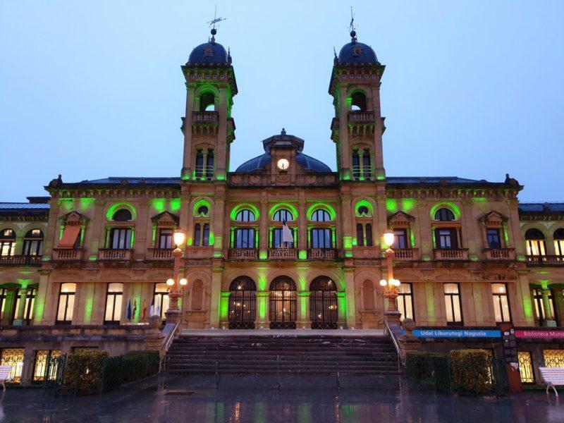 El Ayuntamiento se iluminará hoy de verde esperanza por la ELA. Foto de archivo: DonostiTik.com