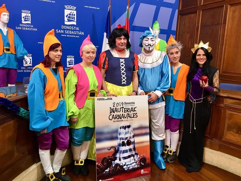 El concejal Gurpegui, como Blancanieves, con los enanitos de Festak durante la presentación del Carnaval donostiarra.