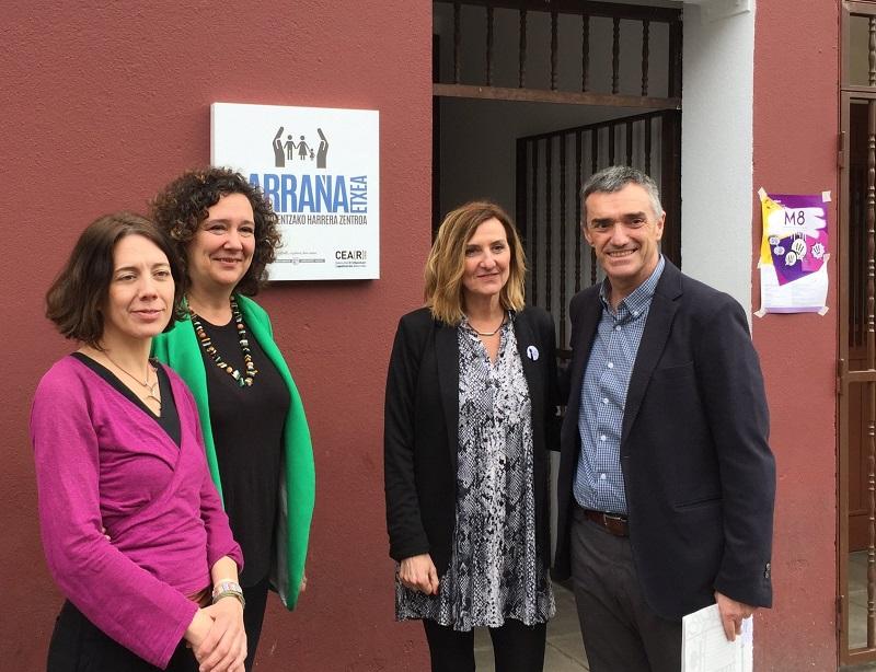 Jonan Fernández, en su visita a Larraña-Etxea, acompañado entre otras por miembros de CEAR. Foto: CEAR-Euskadi (vía Twitter).