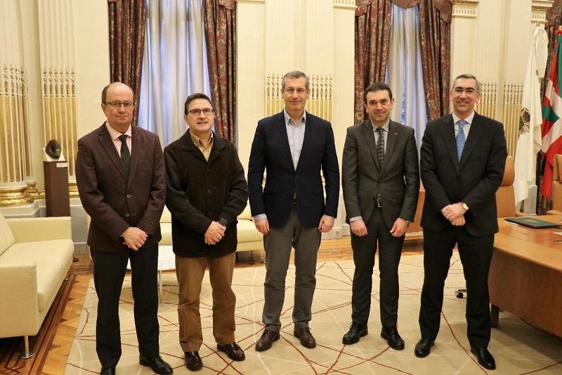 Firma del acuerdo entre Diputación y universidades. Foto: Deusto