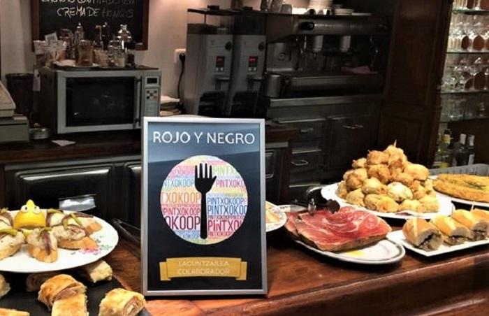 La barra de delicias y el cartel de la iniciativa. Foto: PintxoKoop.
