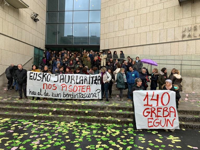 Protesta de esta mañana en los juzgados. Foto: ELA sindikatua
