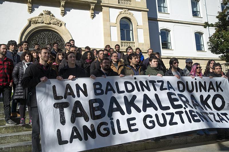 Protesta de trabajadores en las puertas de Tabakalera. Foto: Santiago Farizano