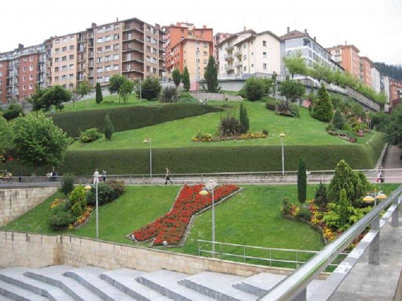 Parque eibarrés del Txaltxa Zelai, donde fue localizado el individuo tras abandonar el vehículo. Foto: verpueblos.com.