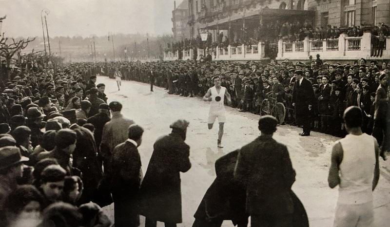 Llegada de la Behobia-San Sebastián, frente al Hotel María Cristina, en 1919. Primera edición de la carrera. Foto: CD Fortuna