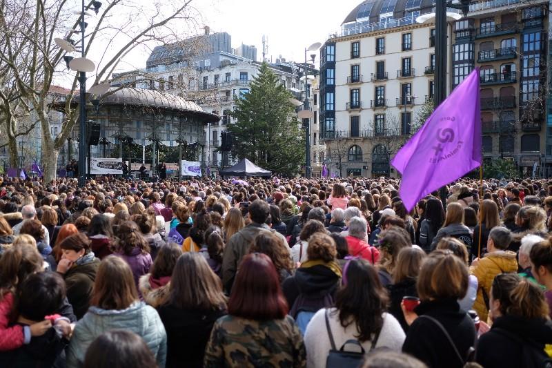 8M este mediodía en el Boulevard con miles de personas (no sólo mujeres) concentradas. Foto: Santiago Farizano