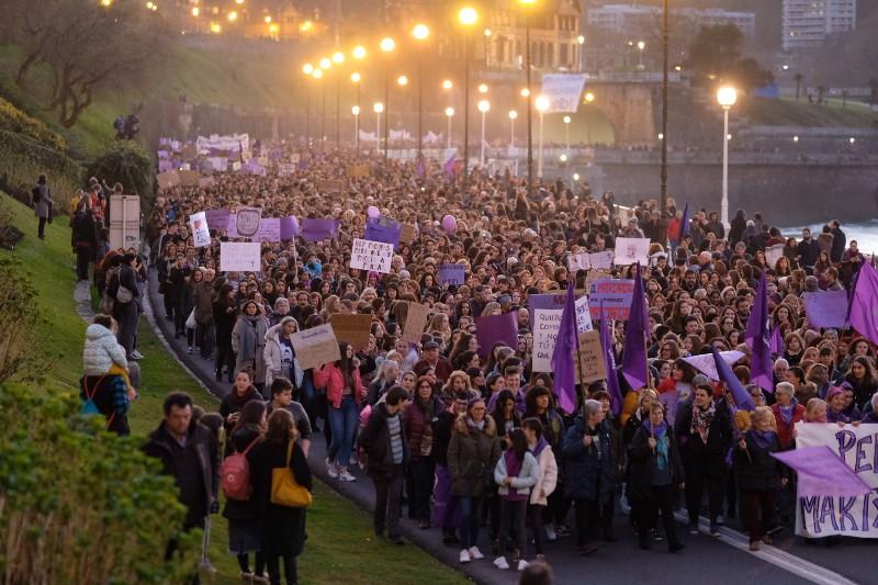Miles de personas marchan en Donostia en el 8M. Fotos: Santiago Farizano