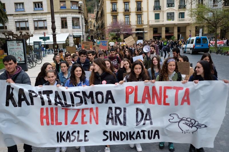 El Sindicato de Estudiantes se ha unido al 15M climático con el lema 'El capitalismo mata el planeta'. Foto: Santiago Farizano