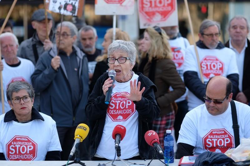 La activista Rosa García en un encuentro de Stop Desahucios frente al Gobierno vasco en la calle Andia. Foto: Santiago Farizano