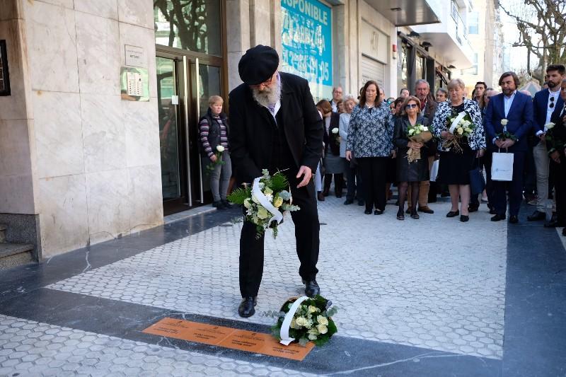 Colocación de la primera placa en memoria de las víctimas del terrorismo. En la imagen Jesús Elicegui. Fotos: Santiago Farizano