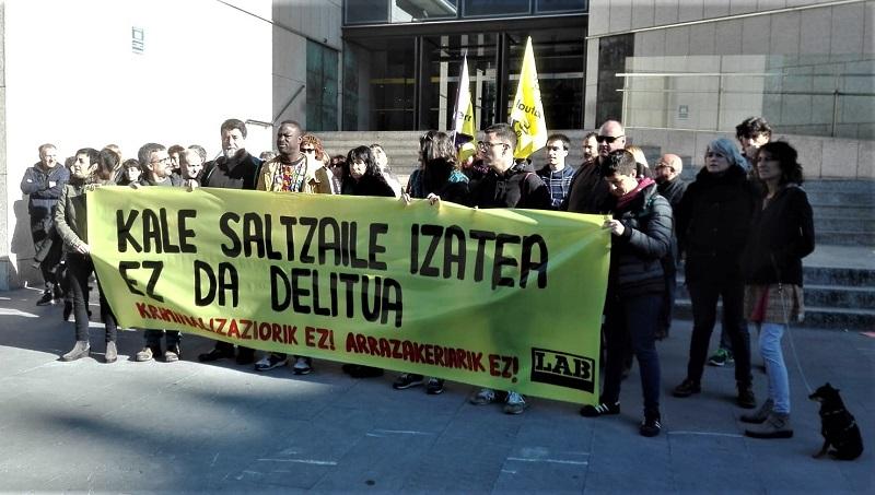 Concentración de LAB ante los Juzgados, con los acusados Moussa Sow y Joseba Álvarez. Foto: LAB (vía Twitter).