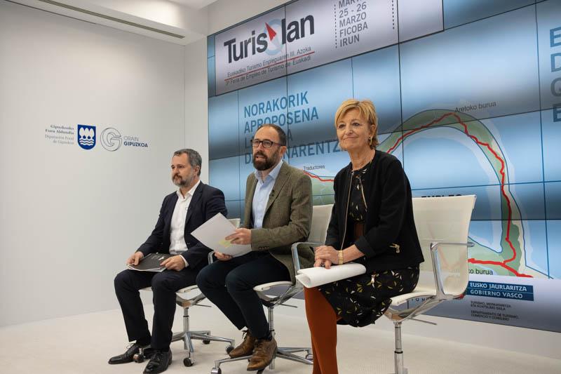 El gerente de Ficoba Ander Sarratea, el diputado Denis Itxaso y Maite Cruzado, directora de Turismo. Foto: Santiago Farizano