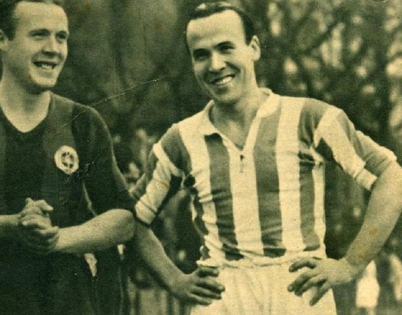 Paco Bienzobas (derecha) posa durante un partido con su hermano Anastasio, que trascendió más fuera de la Real.