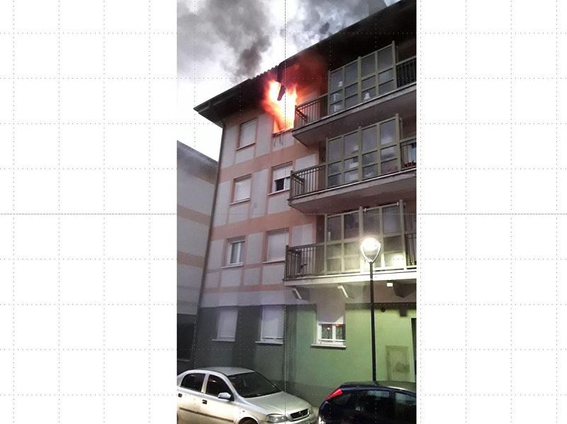 Vivienda incendiada en Legazpi. Foto: Gipuzkoako Suhiltzaileak