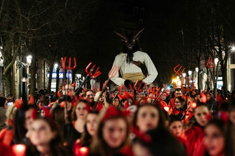 Diablos portando al Aker como parte del cortejo fúnebre. Fotos: Santiago Farizano