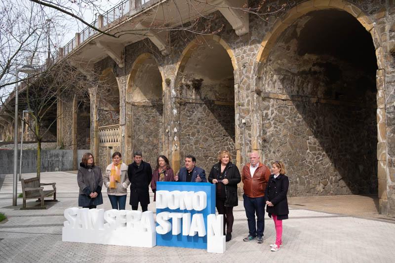 Ernesto Gasco y representantes del PSE-EE hoy ante el viaducto de Iztueta. Foto: Santiago Farizano