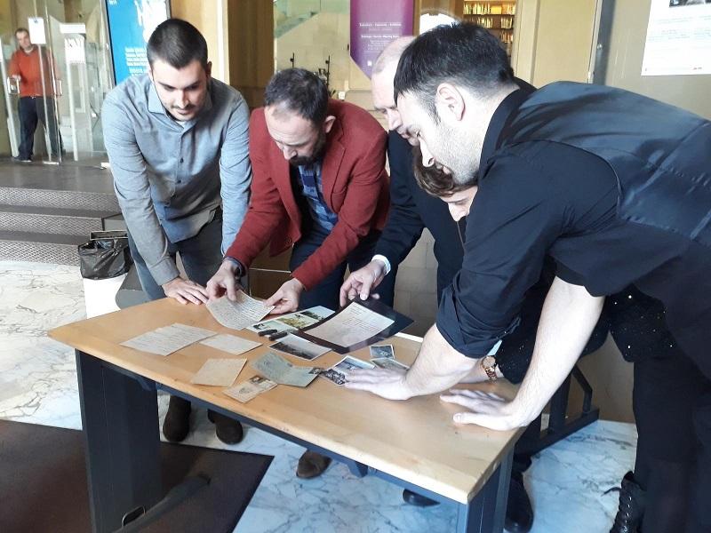 El diputado de Cultura, Denis Itxaso, se fija en fotos y cartas de época durante la presentación del proyecto. Foto: Diputación.