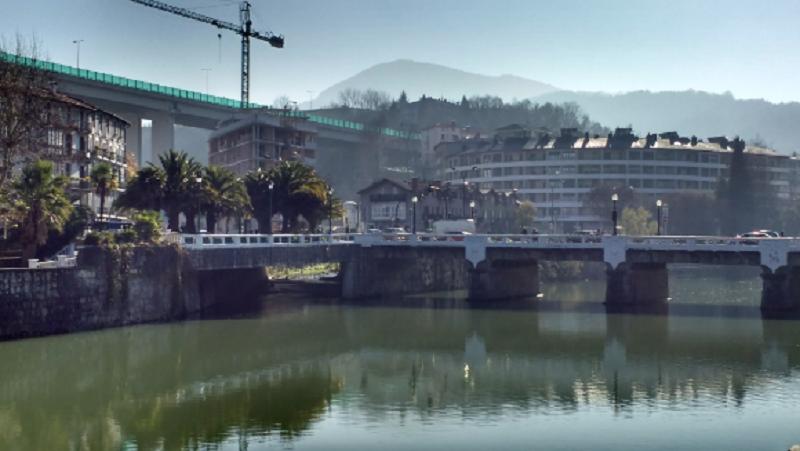 A la izquierda (último ojo del puente), punto en el que el río Zelai desemboca en el Oria, en Tolosa. Foto: Eguzki.