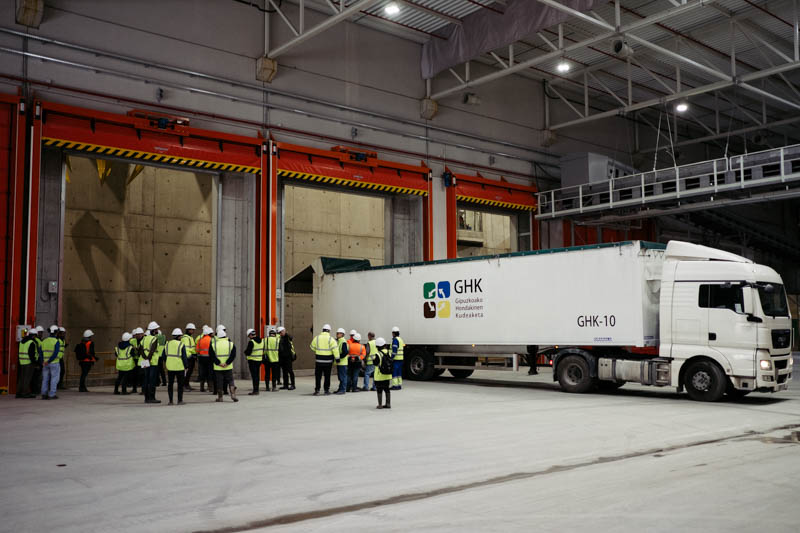Primer camión que llega a Zubieta con residuos. Fotos: Santiago Farizano