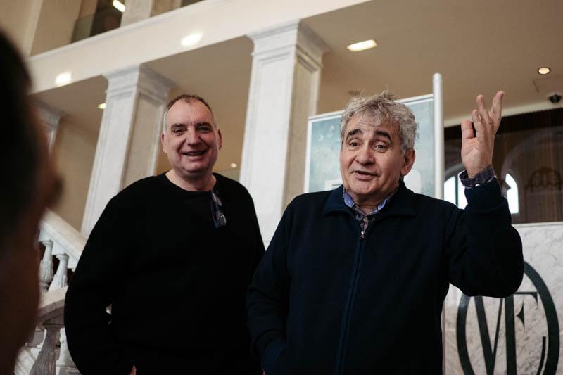 Imagen de archivo. Bernardo Atxaga, a la derecha, con el director de cine Fernando Bernués. Foto: Santiago Farizano