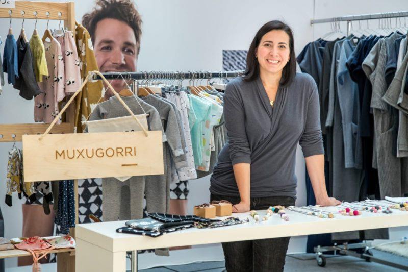 Irene Zabaleta, de Muxugorri, entre las prendas que ha diseñado. Foto: Donostitik.com