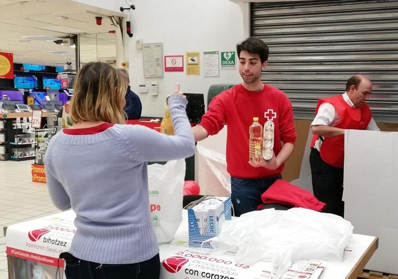 El que da y el que recoge, igual de importantes en campañas como Desayunos y Meriendas #ConCorazón. Foto: Cruz Roja.