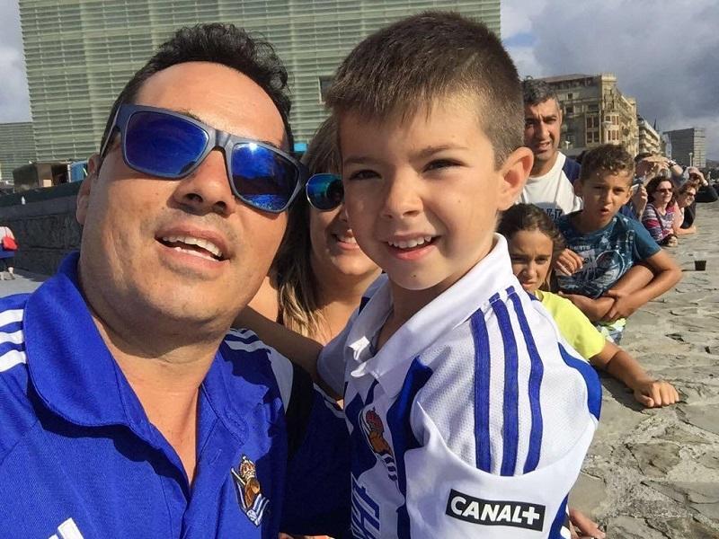 Mikel verá el partido contra el Getafe en Anoeta. En la foto con su aita.