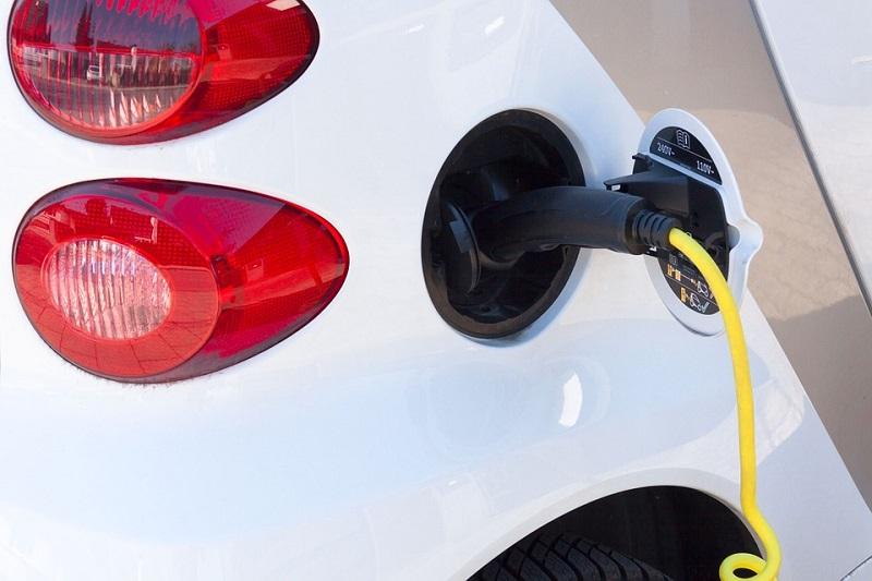 El petróleo no es eterno, y os vehículos híbridos y eléctricos van ganando terreno.