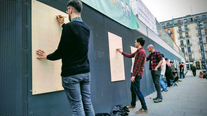 Los artistas frente a Tabakalera en el 117 día de huelga de Ubik.