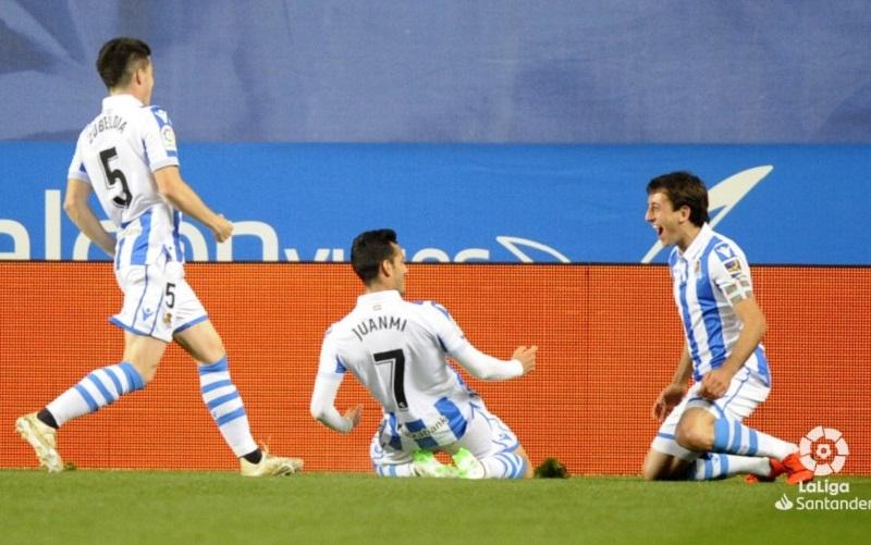 Juanmi y Oyarzabal: ahí tienen a los dos anotadores, celebrando aún el primer gol. Foto: LFP.
