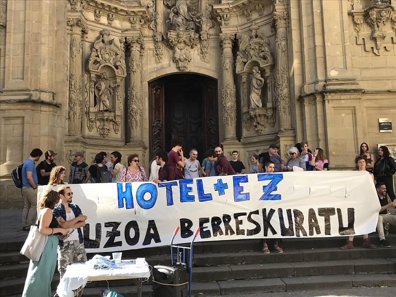 Concentración de 'Hotel + Ez'. Foto: BiziLagunEkin.