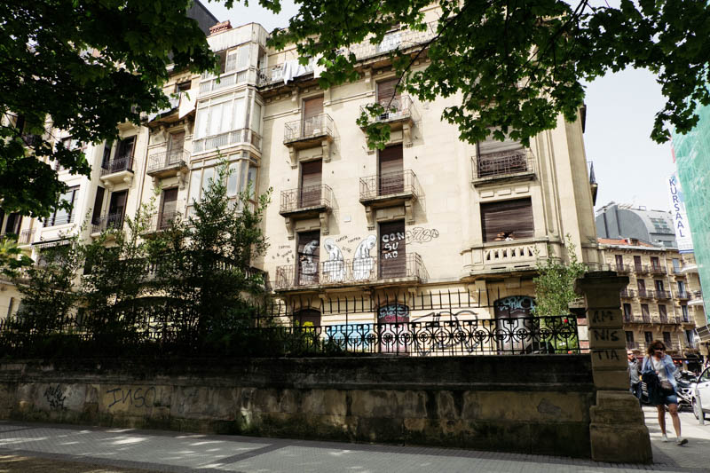 El edificio abandonado visto desde el Paseo Árbol de Gernika. Fotos: Santiago Farizano