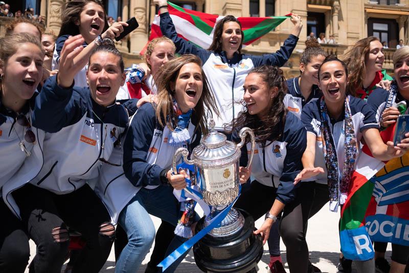 Las chicas de la Real Sociedad de fútbol, recibidas en el ayuntamiento tras hacerse con la Copa de la Reina. Foto: Santiago Farizano