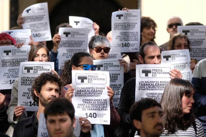 Protesta en las puertas de Tabakalera después de 145 días de cierre de Ubik. Fotos: Santiago Farizano