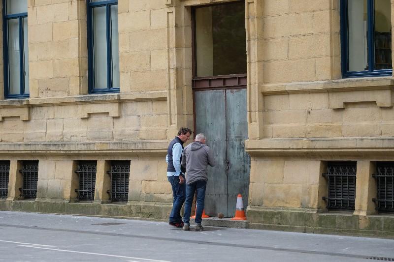 Dos expertos valorando el artefacto. Fotos: Santiago Farizano