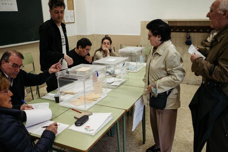 Primeros votantes en Donostia. Foto: Santiago Farizano