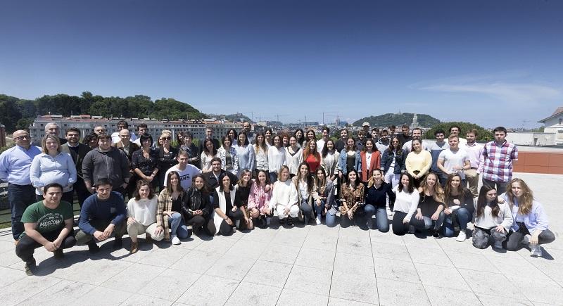 Estudiantes y profesores posan en la foto de grupo. Foto: Sara Santos