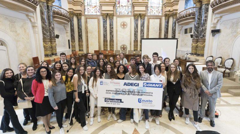 Participantes en la XXVIII edición del Concurso ESME en el Salón de Plenos del Ayuntamiento de Donostia. Foto: Deusto