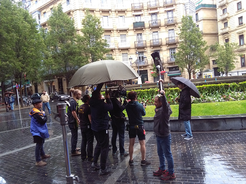 Rodaje de 'Patria' hoy en la plaza Bilbao de Donostia. Foto: A.E.
