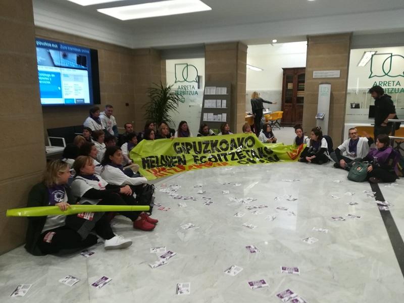 Protesta de LAB por la situación de las residencias hoy en la Diputación. Foto: LAB