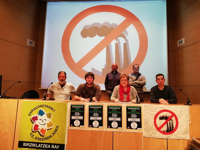 Representantes del Movimiento anti incineración hoy en el Koldo Mitxelena.