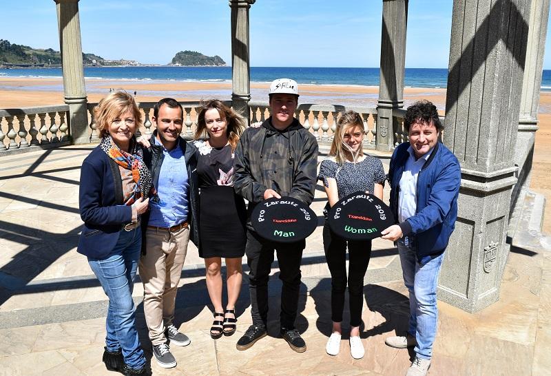 Autoridades y representantes del mundo del surf en Zarautz.