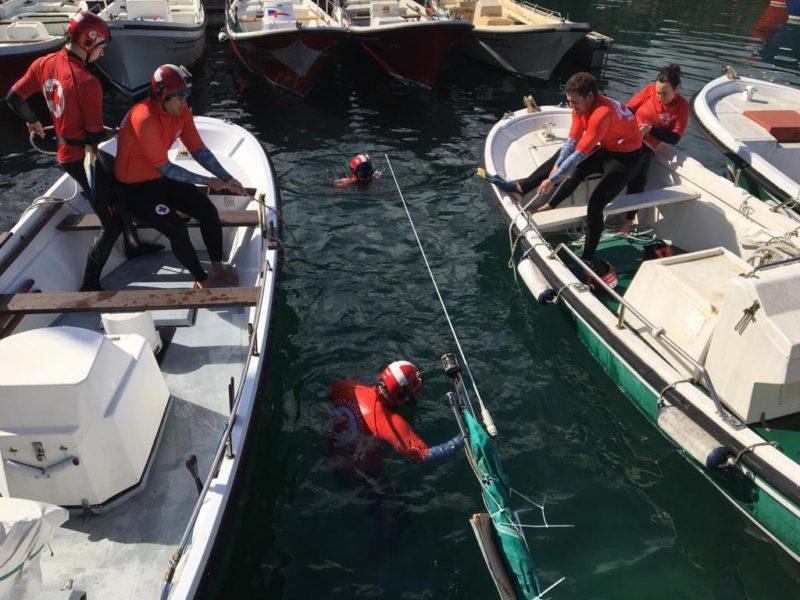Reflotando el bote. Fotos: Cruz Roja
