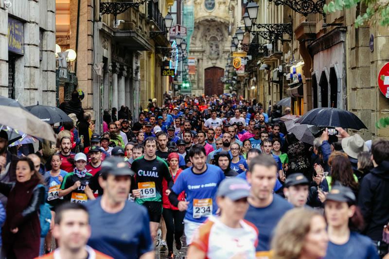 Carrera de empresas 2019 bajo la intensa lluvia en Donostia. Fotos: Santiago Farizano